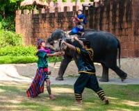 Los combatientes ejercitan para la demostración tradicional tailandesa del arte marcial Foto de archivo libre de regalías