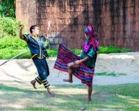 Los combatientes ejercitan para la demostración tradicional tailandesa del arte marcial Imágenes de archivo libres de regalías