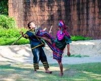 Los combatientes ejercitan para la demostración tradicional tailandesa del arte marcial Imagen de archivo