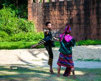 Los combatientes ejercitan para la demostración tradicional tailandesa del arte marcial Imagen de archivo libre de regalías