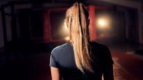 Los combatientes femeninos dirigen con el pelo rubio largo almacen de video
