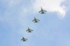 Los combatientes rusos en el cielo en el banquete del día de la victoria en 9 pueden Imágenes de archivo libres de regalías