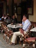 Los comensales disfrutan de un almuerzo Imagen de archivo libre de regalías