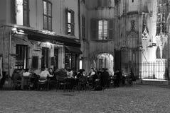 Los comensales ocasionales disfrutan de una comida de tarde Foto de archivo libre de regalías