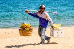 Los comerciantes venden la comida local a los turistas en una playa Fotografía de archivo libre de regalías