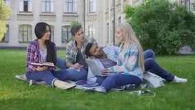 Los compañeros de clase que buscan y que comparten las ideas para el grupo proyectan, trabajando juntos metrajes