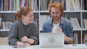 Los compañeros de equipo emocionados para el éxito empresarial en línea, empiezan para arriba metrajes