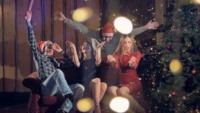 Los compañeros de trabajo felices que bailan durante Año Nuevo corporativo van de fiesta 4K almacen de metraje de vídeo