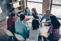 Los compañeros de trabajo motivados concentrados enfocados de los encargados asocian a profesionales en líder de las camisas spor imagenes de archivo