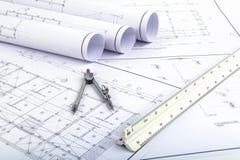 Los compases y el arquitecto escalan la regla en el dibujo del plan Fotos de archivo libres de regalías