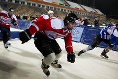 Los competidores compiten con en el hielo causado un crash Redbull Foto de archivo