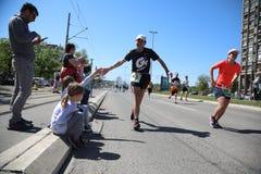 Los competidores del 31ro maratón internacional de Belgrado corren en la calle de la ciudad Fotografía de archivo libre de regalías