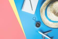 Los complementos del viaje del verano viajan visi?n superior flatlay en rosa azul fotos de archivo libres de regalías