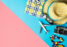 Los complementos del viaje del verano viajan visi?n superior flatlay en rosa azul imagen de archivo libre de regalías