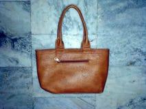 Los complementos elegantes de las mujeres cubren el bolso de la mujer con cuero imágenes de archivo libres de regalías
