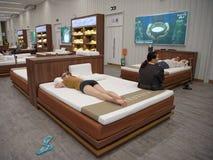 Los compradores eligen los accesorios el dormir de látex en Toscano Leath Fotos de archivo libres de regalías