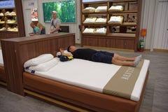 Los compradores eligen los accesorios el dormir de látex en Toscano Leath Fotografía de archivo libre de regalías