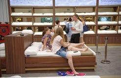 Los compradores eligen los accesorios el dormir de látex en Toscano Leathe Foto de archivo libre de regalías