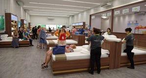 Los compradores eligen los accesorios el dormir de látex en Toscano Leathe Imagen de archivo