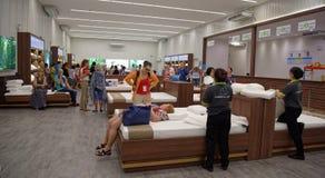 Los compradores eligen los accesorios el dormir de látex en Toscano Leathe Fotografía de archivo libre de regalías