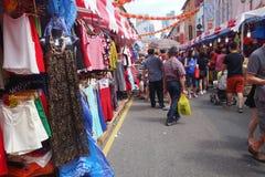 Los compradores hacen compras para las chucherías chinas del Año Nuevo en Singapur Foto de archivo