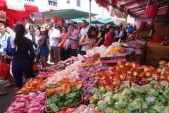 Los compradores hacen compras para las chucherías chinas del Año Nuevo en Singapur Fotografía de archivo libre de regalías