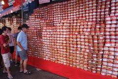 Los compradores hacen compras para las chucherías chinas del Año Nuevo en Singapur Foto de archivo libre de regalías