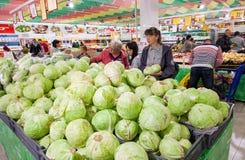 Los compradores seleccionan verduras frescas en supermercado Foto de archivo libre de regalías