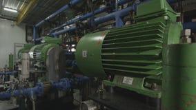 Los compresores verdes actúan encendido el primer de los gaseoductos metrajes