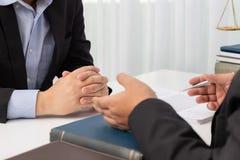 Los conceptos de ley, abogado dan asesoramiento jurídico al hombre de negocios sobre caso en oficina fotos de archivo libres de regalías