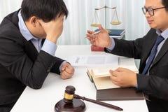 Los conceptos de ley, abogado dan asesoramiento jurídico al hombre de negocios sobre caso en oficina imagen de archivo libre de regalías