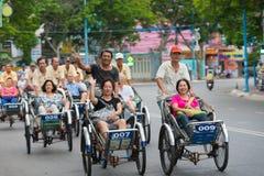 Los conductores ciclos llevan a turistas Foto de archivo