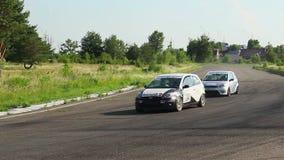 Los conductores comienzan la raza, esquina de la toma, coche de seguridad que los sigue almacen de video