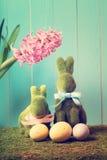 Los conejitos de pascua con los huevos y un jacinto florecen Imágenes de archivo libres de regalías