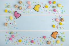 Los conejitos, los dulces y brillante coloridos del chocolate de Pascua asperja fotos de archivo libres de regalías