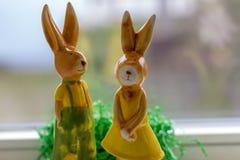 Los conejos de la decoración se colocan cerca de una ventana Fotografía de archivo