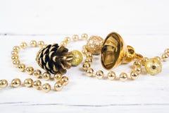 Los conos brillantes del oro les gusta la decoración de la Navidad Fotos de archivo libres de regalías