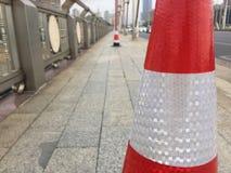 Los conos del camino se utilizan en empalmes de camino urbanos fotos de archivo