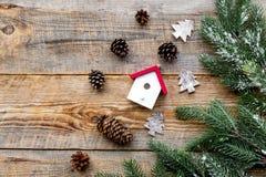 Los conos del pino del Año Nuevo 2018 y las decoraciones de saludo de la casa en fondo de madera rematan el espacio del veiw para Fotos de archivo libres de regalías