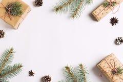 Los conos del pino de la caja de regalo de la composición de la decoración de la Navidad atavían ramas Fotografía de archivo