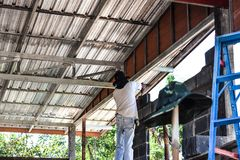 Los constructores del albañil o del ladrillo están construyendo la pared de ladrillo del cemento en emplazamiento de la obra Los  imagen de archivo