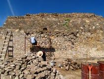 Los constructores restauran la pirámide antigua imágenes de archivo libres de regalías