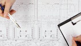 Los constructores solucionan preguntas sobre la corrección del dibujo Cierre para arriba almacen de metraje de vídeo