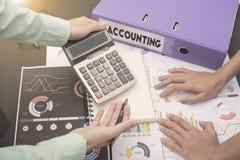 Los contables del negocio con los documentos representan financiero gráficamente en oficina Imágenes de archivo libres de regalías