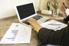 Los contables están examinando las finanzas de la compañía para preparar negocio foto de archivo