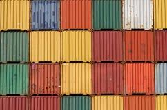 Los contenedores para mercancías de la nave colorida empilaron para arriba. Fotos de archivo