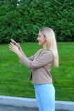 Los controles de la mujer joven en manos de llaves del finger disfrutan y las risas, s Fotos de archivo libres de regalías