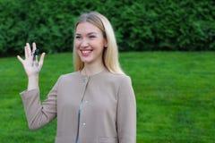 Los controles de la mujer joven en manos de llaves del finger disfrutan y las risas, s Fotografía de archivo