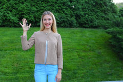 Los controles de la mujer joven en manos de llaves del finger disfrutan y las risas, s Fotos de archivo
