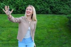 Los controles de la mujer joven en manos de llaves del finger disfrutan y las risas, s Foto de archivo libre de regalías